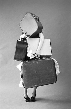 Femme surchargée de valises