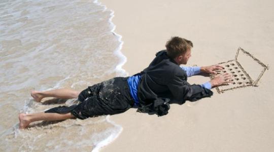 ordinateur gravé dans le sable