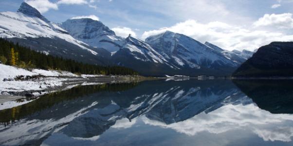 Montagne magnifique et ciel bleu
