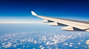 Aile d un avion dans le ciel
