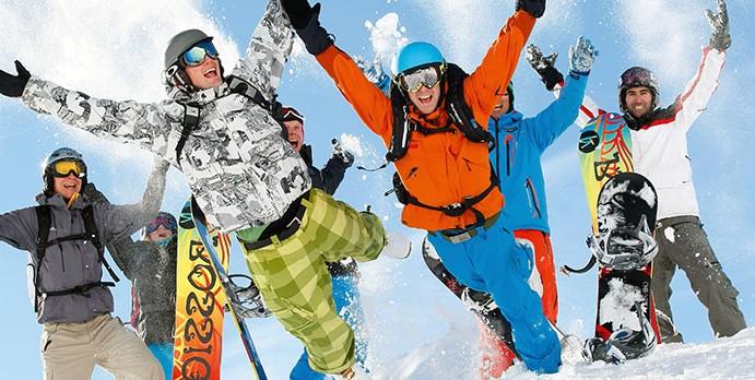 personnes heureux de faire du ski